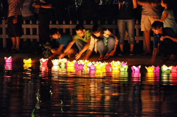 Rất nhiều khách du lịch tập trung lại gần con sông để thả trôi nguyện ước của mình