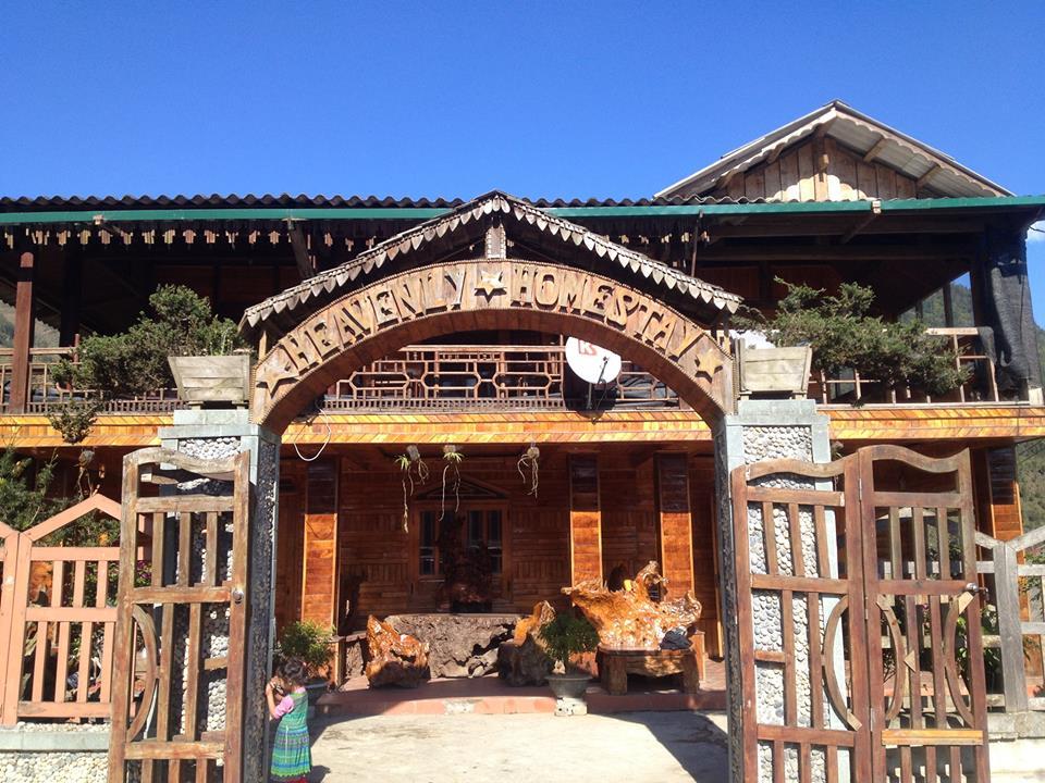Sapa Heavenly nằm tại Bản Tả Phìn, cách trung tâm thị trấn Sapa khoảng 17km về hướng Đông. Sapa Heavenly được thiết kế tuyệt đẹp, hoàn toàn bằng gỗ Pơmu cao cấp – một loại gỗ chống muỗi rất tốt.