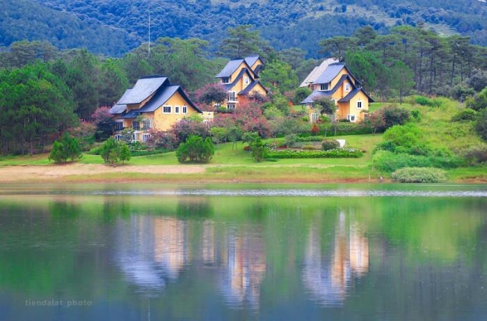 Làng Bình An bên bờ hồ đẹp như chốn cổ tích - Ảnh: Tiến Đà Lạt