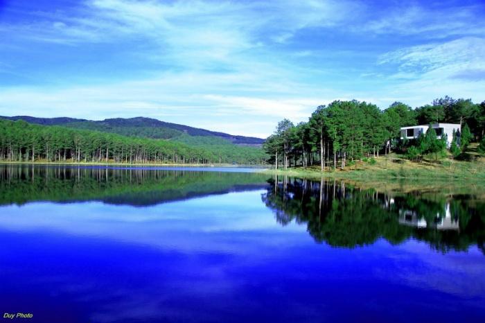 Màu xanh trong trẻo của trời, nước và rừng cây - Ảnh: Duy Photo