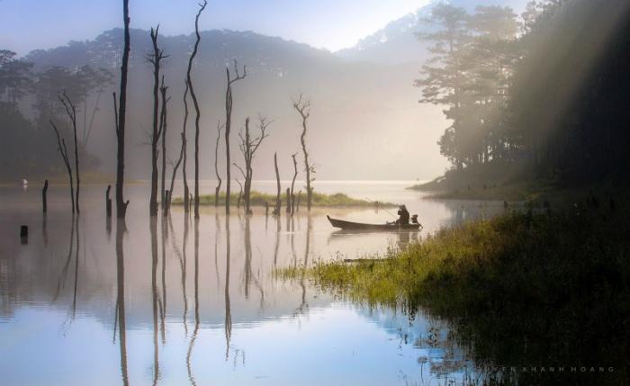 Mặt hồ yên ả trong sương và nắng - Ảnh: Nguyễn Khánh Hoàng
