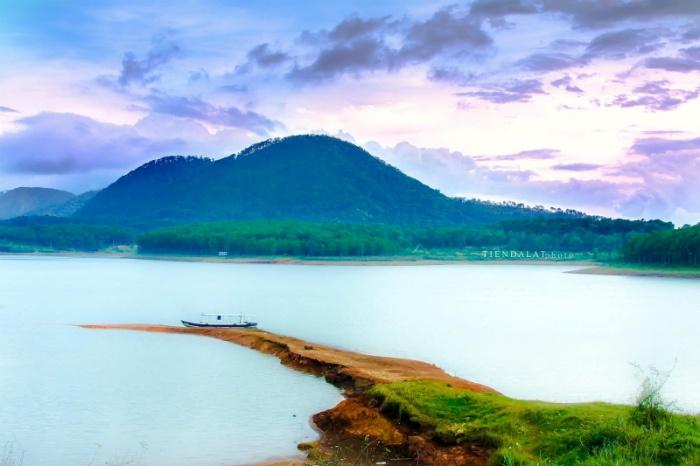 Du khách có thể thong thả đi dạo bên bờ hồ Tuyền Lâm để ngoạn cảnh
