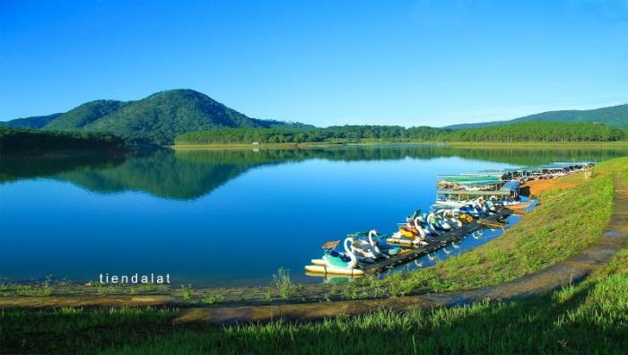 Có thể thuê thuyền đi dạo hoặc đạp vịt trên hồ Tuyền Lâm để khám phá