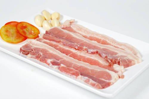 Làm món này, bạn nên chọn thịt ba chỉ, thịt cắt dày khoảng 1-2 cm, dài tầm 10-20 cm. Không nên cắt quá mỏng thịt sẽ dễ bị khô. Sau đó ướp thịt với tỏi, sả, dầu hào, tiêu muối, nước mắm, thêm chút rượu trắng để đậm đà hơn. Bạn ướp sẵn để trong hộp nhựa đặt ở tủ lạnh vào đêm hôm trước, sáng hôm sau mang đi.