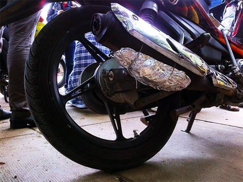 Lưu ý đối với những xe máy có bô được che chắn bằng miếng bảo vệ bên ngoài, bạn có thể buộc giấy bạc bọc thịt bên dưới bô.