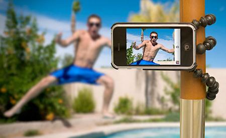 Giữ máy ảnh thật chắc lúc chụp ảnh bằng cách sử dụng đế đỡ điện thoại
