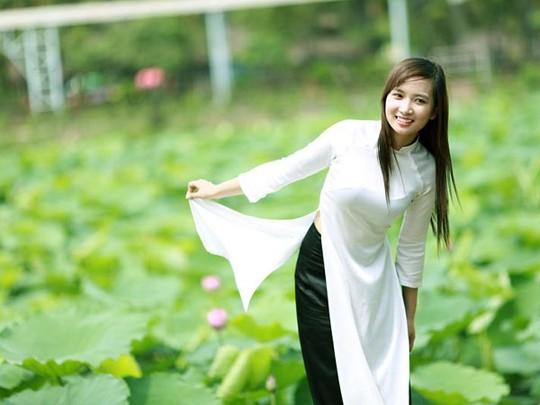 Áo dài trắng kết hợp với quần đen