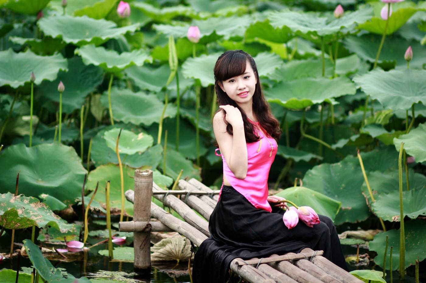 Áo yếm hồng váy đen