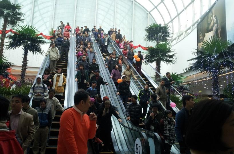 Người dân tham quan, mua sắm tại Time City