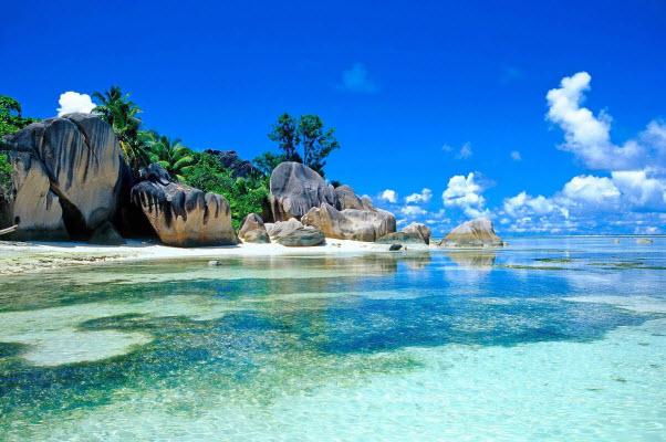 Vịnh Cam Ranh gây ấn tượng với nước biển trong vắt