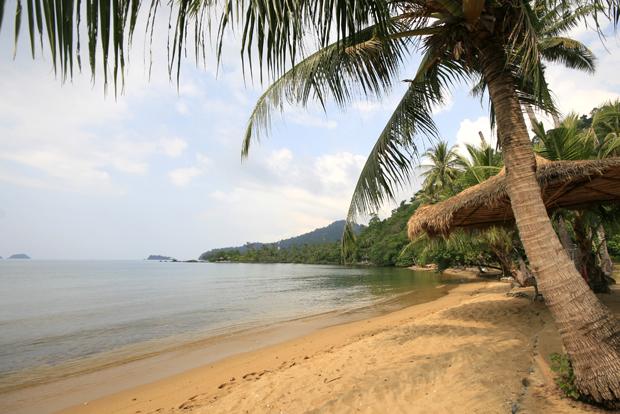 """Koh Bulon Leh không phải là một hòn đảo nổi tiếng, nhưng có lẽ nhờ thế mà nó trở thành một """"viên ngọc quý"""" bởi vẻ hoang sơ, tĩnh lặng và những túp lều tranh ven biển. Đảo khá nhỏ, bạn có thể đi bộ từ đầu này đến đầu kia của đảo trong 20 phút đồng hồ."""