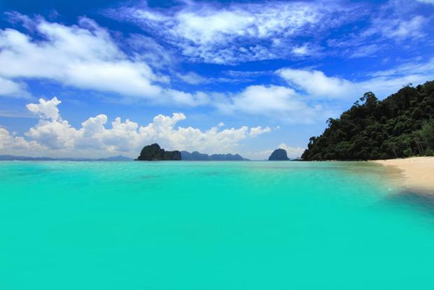 """Là cửa ngõ chảy ra biển Andaman, đảo Koh Mook là một nơi mà bạn sẽ phải thốt lên hai chữ """"thiên đường"""" khi đến đây. Nước biển ở Koh Mook xanh một màu xanh ngọc bích biêng biếc, cực đẹp và chắc chắn sẽ không khiến bạn hối hận khi du lịch."""