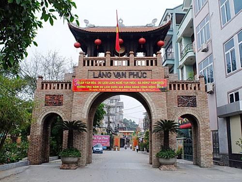 Cổng làng lụa Vạn Phúc