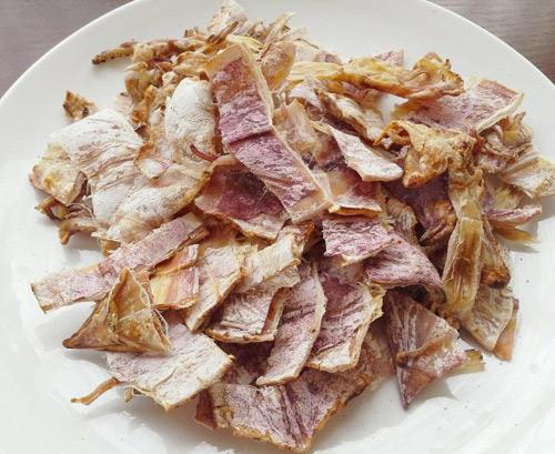 Mực khô ngon khi nướng lên vẫn giữ được màu hồng nhạt, dẻo và không bị nát