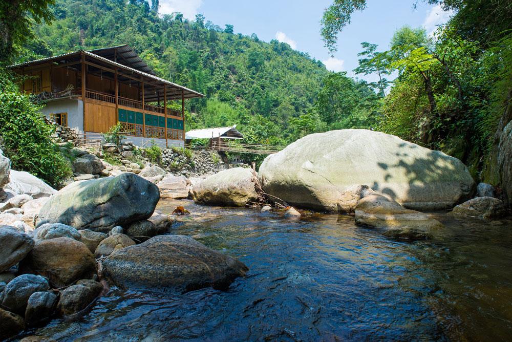 Điểm đặc biệt làm bạn thích mê Nam Cang Riverside Lodge là view nhìn ra bờ sông tuyệt đẹp. Ngoài ra, nghỉ ngơi tại đây, bạn cũng chỉ cần đi vài bước chân là đã tới bản, nơi bạn có thể tìm hiểu nhiều nét sinh hoạt thú vị của người dân bản địa.