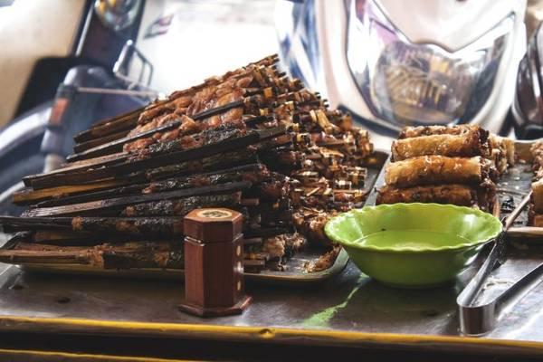 Những xiên thịt sau khi nướng qua sẽ được người bán hàng nướng lại trên bếp than hoa để khi thực khách thưởng thức, chả vẫn giữ được hương vị không bị nguội - Ảnh: Minh Đức