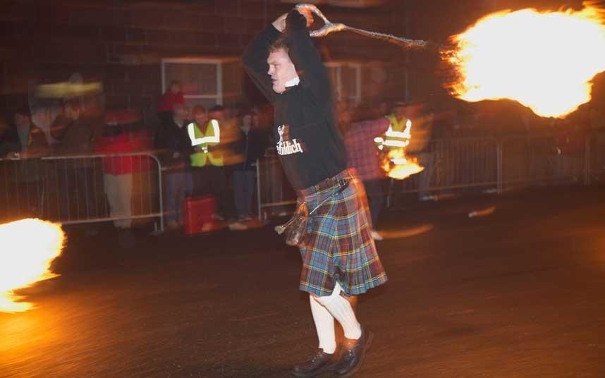 Lễ hội cầu lửa, Scotland: Ở Stonehaven, Scotland có phong tục diễu hành qua các đường phố vào đêm giao thừa và đu trên những quả cầu lửa rực rỡ. Đây là một phần của lễ kỷ niệm Hogmanay, bắt nguồn từ thời Viking.
