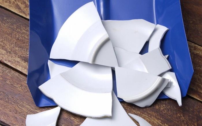 Đập vỡ chén đĩa, Đan Mạch: Người Đan Mạch quan niệm vào đêm giao thừa, nếu càng nhiều chén đĩa vỡ trước cửa nhà thì năm mới sẽ càng gặp nhiều may mắn. Nó cũng tương tự với việc nhảy ra khỏi chiếc ghế vào lúc giữa đêm, tượng trưng cho một bước nhảy vọt trong năm mới.