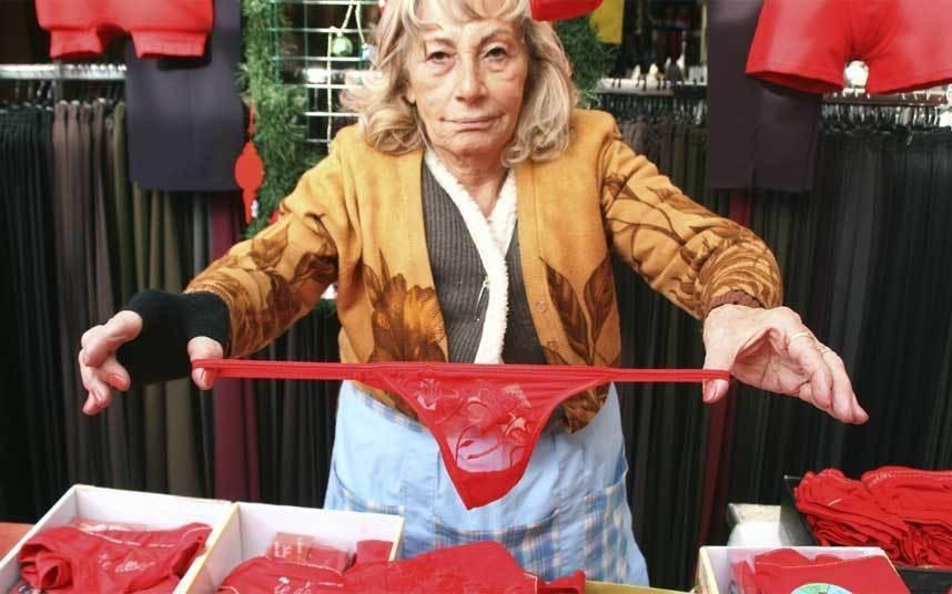 Mặc đồ lót đỏ, Thổ Nhĩ Kỳ: Người dân nước này tin rằng mặc đồ lót đỏ trong tiệc mừng năm mới sẽ đem lại may mắn. Vì thế, những món đồ nội y màu đỏ hầu như luôn cháy hàng trong kỳ lễ hội.