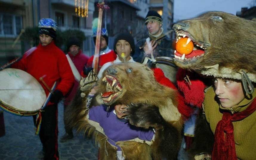 Vũ điệu của gấu, Romania: Vào dịp năm mới, người dân sẽ mặc trang phục gấu và nhảy từ nhà này sang nhà khác nhằm xua đuổi quỷ dữ và đem tới một năm an lành hạnh phúc.