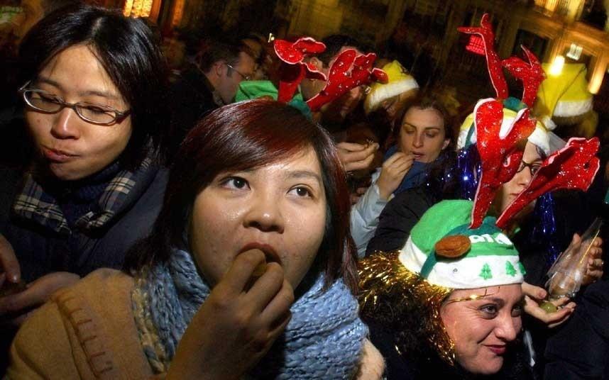 Ăn nho vào lúc giao thừa, Tây Ban Nha: Tại đây, người dân sẽ cùng lúc nhét 12 trái nho vào miệng để ăn trước khi 12 tiếng chuông báo giao thừa kết thúc.