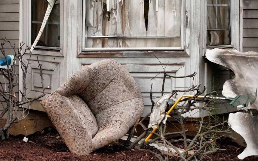 Ném đồ đạc cũ, Nam Phi: Ý tưởng bắt đầu từ một cư dân ở Johannesburg, Hillsboro. Việc ném đồ đạc cũ qua cửa sổ mang ý nghĩa vứt bỏ những điều không may trong năm cũ và bắt đầu một buổi sáng mùa xuân với việc lau sạch cửa sổ.