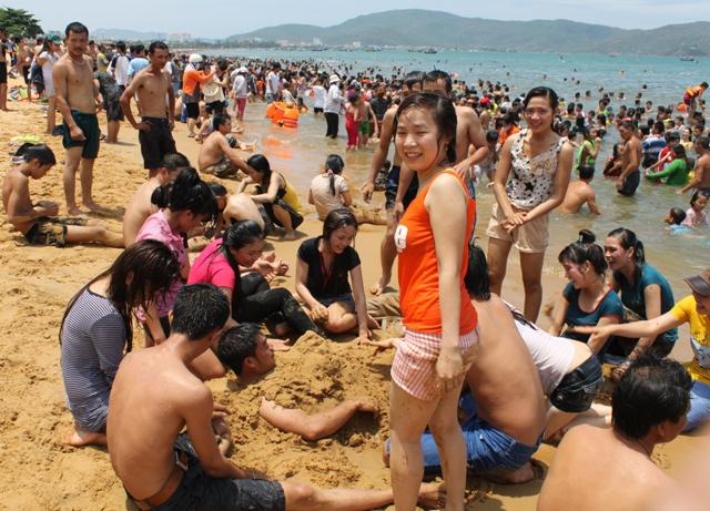 Người dân Bình Định đua nhau ra biển tắm vào trưa ngày 5/5 âm lịch