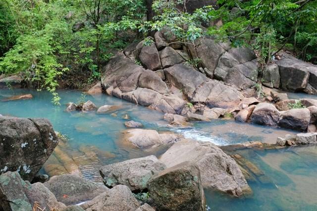 Suối Đá ở núi Dinh với dòng nước trong xanh, mát lành, len lỏi qua những khe đá hùng vĩ tạo nên khung cảnh thiên nhiên tuyệt đẹp.