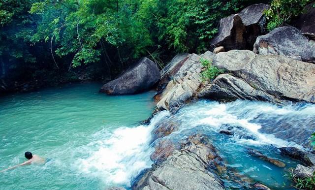 Lạc bước vào khu thượng nguồn Suối Đá - Suối Tiên, bạn còn được ngắm nhìn và cảm nhận không khí trong lành mát rượi của cánh rừng xanh và cả tiếng nước chảy róc rách thanh bình giữa thiên nhiên.