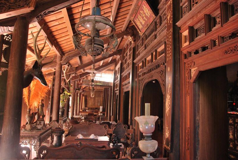 """Nổi tiếng nhất trong làng nhà cổ ở Đông Hòa Hiệp là nhà ông ông Trần Tuấn Kiệt (22 Tổ 1, Phú Hòa, Đông Hòa Hiệp, thị trấn Cái Bè), nơi đây đã được các nhà khảo cổ Nhật xếp vào """"Cửu Đại Mỹ Gia"""" ở Việt Nam. Ngôi nhà xây dựng vào năm 1838 với diện tích gần 1.000m²."""