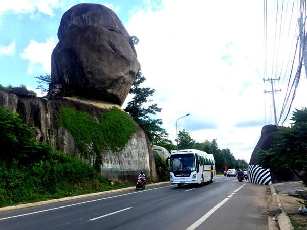 Nằm trên quốc lộ 20 hướng về Đà Lạt, cách ngã ba Dầu Giây khoảng 50 km và cách TP HCM 110 km, thắng cảnh Đá Ba Chồng, huyện Định Quán, tỉnh Đồng Nai là quần thể đá gồm nhiều hòn xếp chồng lên nhau. Đặc biệt có hòn nằm cheo leo như muốn đổ xuống quốc lộ.