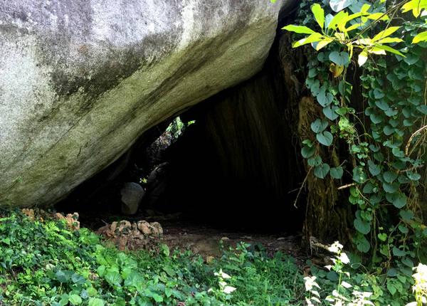 Một hốc đá nổi tiếng tại quần thể Đá Ba Chồng từng là hang của hai con cọp trắng. Tương truyền hai vị chúa sơn lâm sống tại đây hiền từ không làm hại ai.