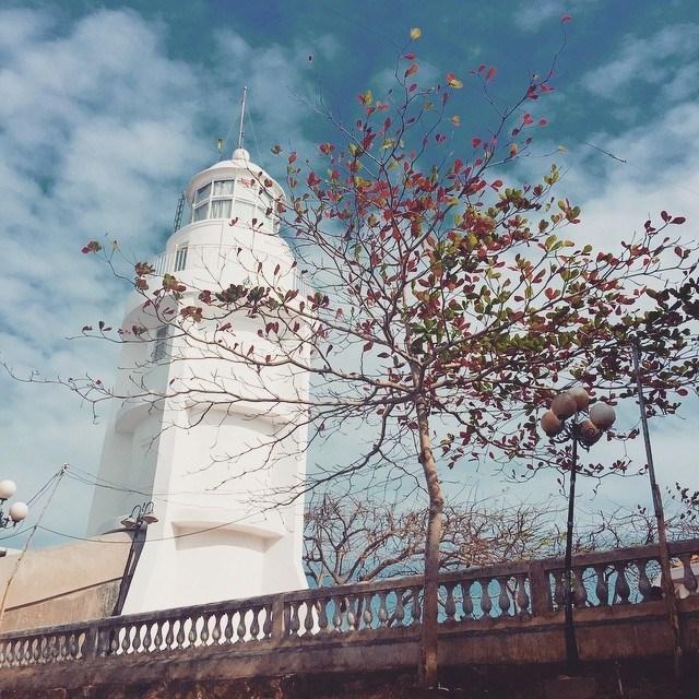Ngọn hải đăng nằm trên núi Nhỏ về phía nam của thành phố, là biểu tượng của Vũng Tàu với kiến trúc cổ điển, vững chãi. Từ ban công của ngọn hải đăng, bạn có thể ngắm nhìn toàn cảnh thành phố.