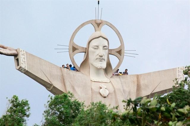 Tượng đài Chúa Kitô Vua là điểm du lịch tâm linh nổi tiếng nằm trên ngọn núi Tao Phùng. Từ cổng tượng đài, đi lên 800 bậc thang lát đá rộng, bạn sẽ thấy trước mắt tượng Chúa Jesus dang rộng đôi tay ôm lấy cả vùng trời.